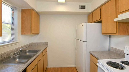 What apartments will $900 rent you in Edgebrook Area, this month?